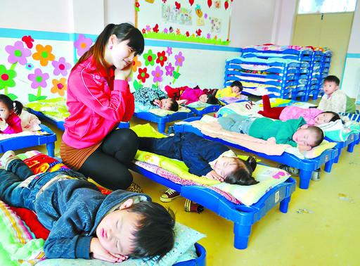 当日,市实验幼儿园开展活动,教孩子养成良好的睡眠习惯,学习科学的