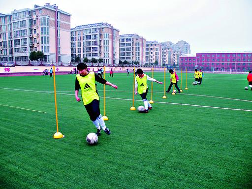 湘江中学:带球练习忙
