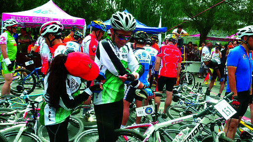 自行车比赛参赛队员在做赛前准备。本报记者 郭红艳 摄 本报讯 (记者 郭红艳)河南省第十二届运动会暨首届全民健身大会省辖市组双升比赛历时4天,于5月30日结束。我市代表队8名选手奋力拼搏,获得团体二等奖,并取得个人4个二等奖、2个三等奖、2个优秀奖的优异成绩。 在自行车比赛中,我市10人参赛8人取得佳绩。其中,高玉宝获得男子乙组第三名,李爱国、申双建、申小三获得男子乙组优秀奖,赵玉丽获得女子甲组优秀奖,李纪红、段爱琴、王爱萍获得女子乙组优秀奖。