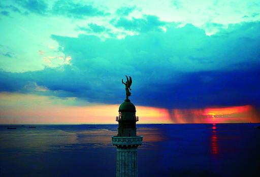 摄影师遥控飞机俯拍欧洲美景