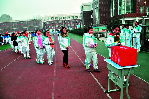 近日,淇滨区湘江中学组织全校师生开展了为淇滨区福源小学李家兴同学
