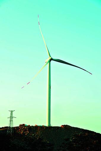 机舱 上图:凤泉山风力发电场(局部) 下图:单片长50多米,重9吨多的风叶