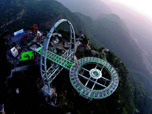 北京市平谷区石林峡景区:百人悬空玻璃观景台秀瑜伽