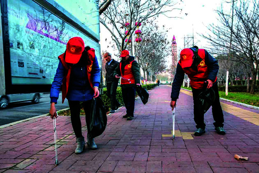 """鹤壁日报社""""文明使者""""志愿者参与捡拾烟蒂活动42名志愿者捡拾烟蒂2400"""